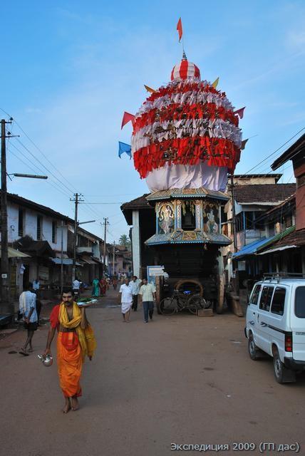 Праздничная колесница Махабалешвары Шивы на храмовой улице в Гокарна,брахман-священник возвращается домой после утренней службы