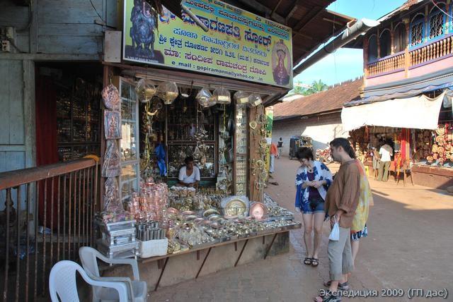 Магазин у входа в храм Шивы с бронзовой утварью для поклонения
