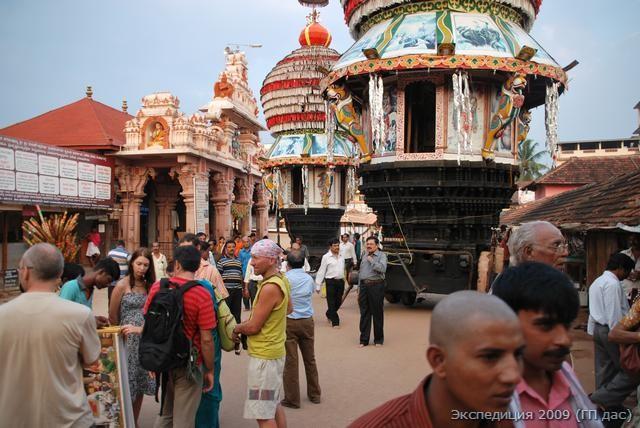 Храмовая площадь с колесницами всегда полна гостей