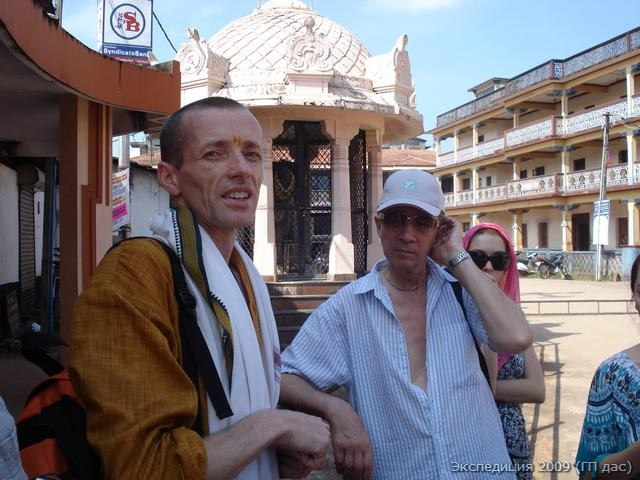 Начало нашей парикрамы у статуи Канаки даса, кто несмотря на низкое рождение был признан великим святым в Удупи