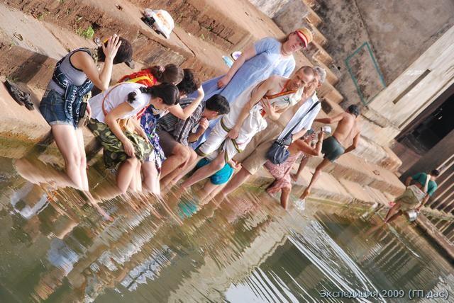 Омовение в священном озере Коти-тиртхе. Это озеро возникло из сосуда камандалу творца вселенной Брахмы.
