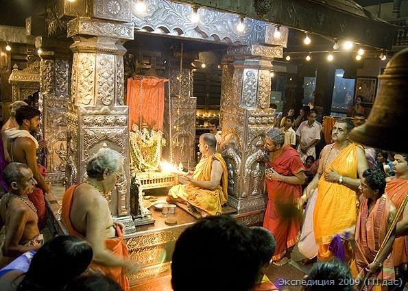 В храме по вечерам Кришну с любовью качают на золотых качелях