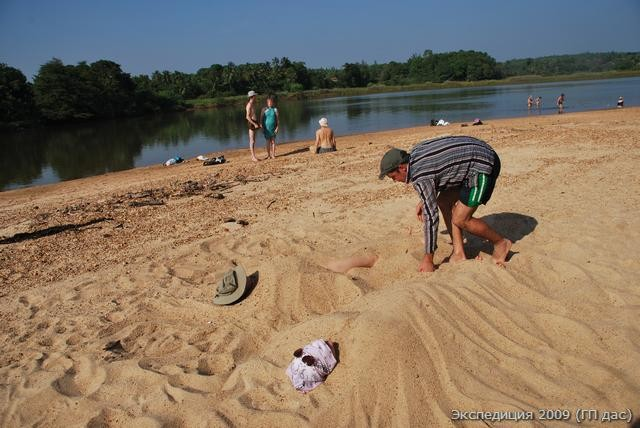 Ну берегу у реки Суварны песочная дюна, люди в песке...
