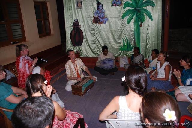 Совместное воспевание святых имен под индийскую гармонику