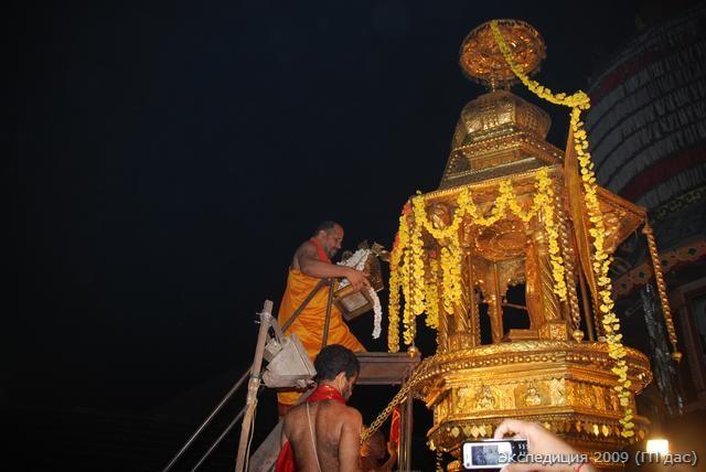 И вот, главный служитель занес фестивальное божество Кришны по трапу на колесницу...