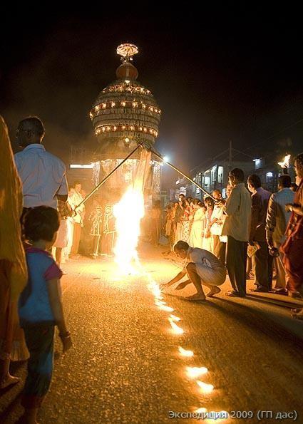 Перед колесницей Кришны сжигается полотно материи. Этот ритуал символизирует, что грехи и плохая карма участников праздника сгорают дотла по милости Господа