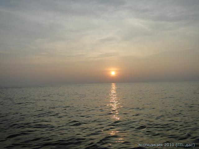 Солнце садится в море на западе