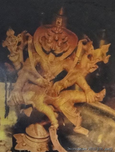А вот и Сам Нрисимха, Он здесь словно танцует, уничтожая злодея-демона