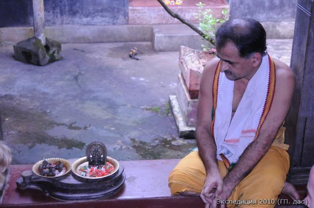 Отцом Нараяны Пандита был Тривикрама Пандит великий ученый и философ. После продолжительного диспута с Мадхвачарьей он предался стопам учителя и стал одним из его близких учеников. Мадхва сделал ему особый подарок - штампики-мудры для нанесения на тело вайшнавских знаков, а так же уникальное Божество, именуемое - Лакшми Нараяна. Нынешний, радушно нас встретивший потомок получил свое имя Лакшми Нараяна именно в честь этого семейного Божества Господа