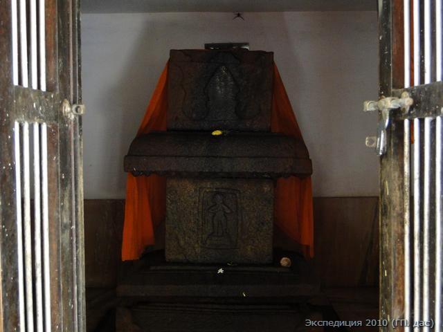 """Мадхвачарья неоднократно посещал Канва-тиртху, о чем свидетельствует шестнадцатая глава """"Мадхва-виджаи"""". В последствии тут поселился один из великих последователей Мадхвы, отрешенный санньяси Виджая-дхваджа Тиртха, автор известного коментария на """"Шримад-бхагаватам"""". Это священный мавзолей Вриндаван в котором помещено тело Виджая-дхваджа Тиртхи"""