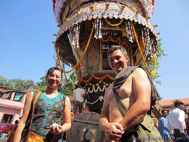 А за воротами уже готова праздничная колесница для Нрисимхи.  Игорь и Лариса вдохновились её видом