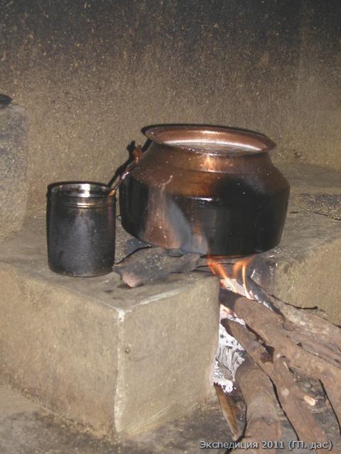 Храмовое подношение из вареного риса по старинной традиции готовится здесь только на живом огне!