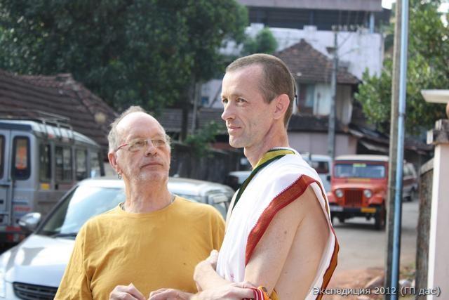 Мой друг из Америки - Радха Валлабха Прабху, ученик Свами Прабхупады. Он подарил членам нашей Экспедиции три фигуры Учителя, см. ниже.