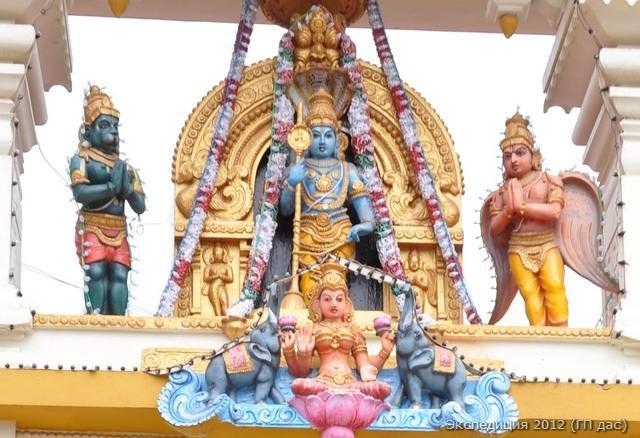 Барельеф Удупи Кришны с Его спутниками над главными вратами храма
