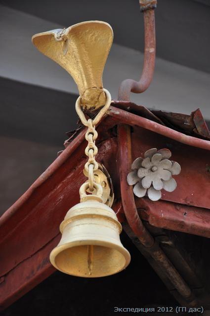 такие здесь колокола по углам алтарной комнаты