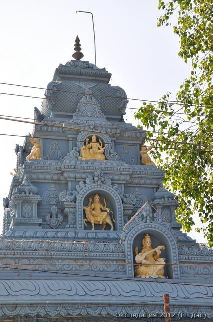 На куполе храма изображены Шива и Паврвати, небесные родители Ганеши