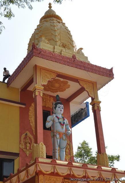 Статуя Кришны на крыше одной из гостиниц