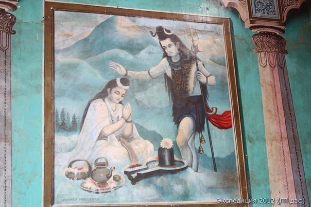 Изображение Господа Шивы у входа в древнейший храм