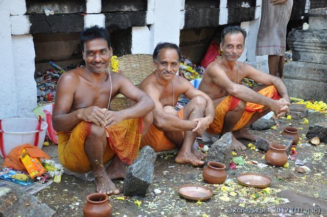 служители, принимающие подношения кокосов от гостей