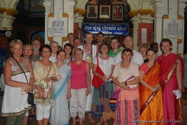 Группа товарищей, пребывающих в блаженстве после праздника