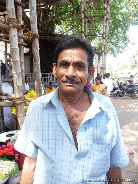 Много-мудрый продавец цветов у храма Мангала-деви