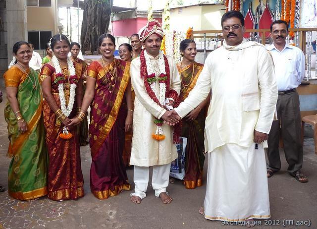 Брачная пара в храме с родителями