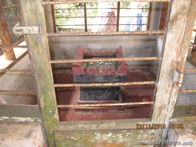 Это Вриндаван - мавзолей святого Нараяны Пандита Ачарьи, многие вайшнавы приезжают поклониться ему сюда