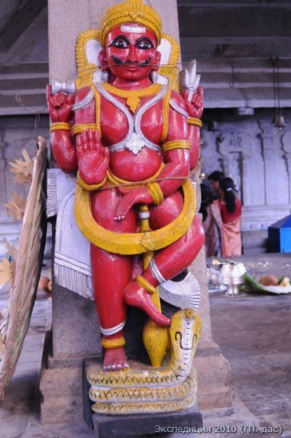 Божественный страж у входа в храм