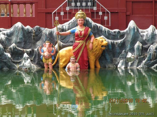 Божественная Мать с Её отпрысками у священного озера в храме Гокарнешвары