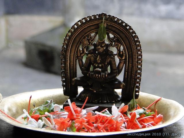 Господь Нараяна здесь запечатлен держащим на ладонях богиню процветания Шри Лакшми, что символически указывает на милость благосклонно ниспосылаемую Господом для Его дорогих преданных
