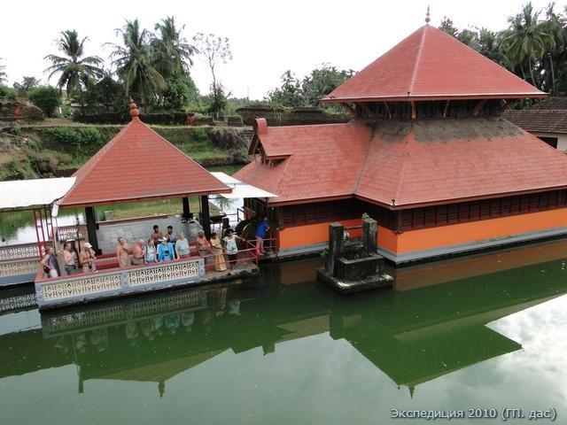 А вот долгожданный храм Ананты Падманабхи, что посреди дивного озера. А где же заветный стражник, пятидесятилетний дедушка крокодил? Так издалека мы приехали, неужели милости не окажет?