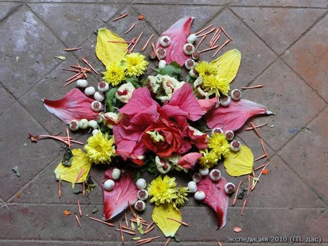Поклонение Господу старательно продолжается в этом доме по сей день. Вот орнамент из цветов, которым был украшен вход в алтарь в день нашего визита