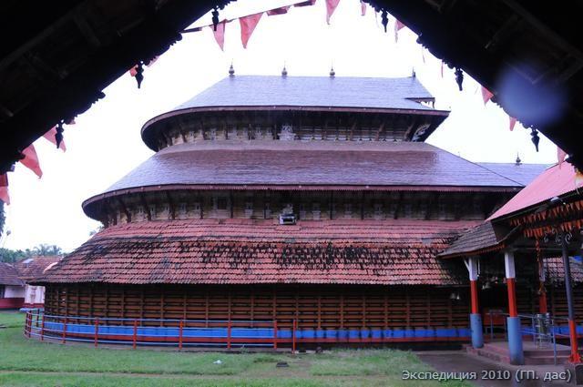 Вот еще один ухоженный храм Вишну поблизости, центральное помещение в форме головы слона