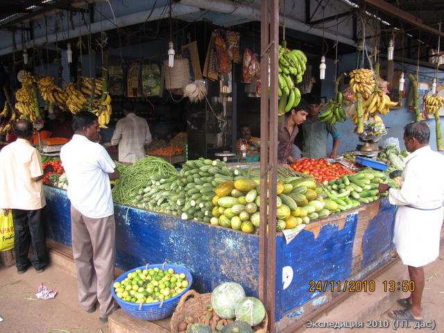 В городе магазин полон всевозможных овощей и фруктов