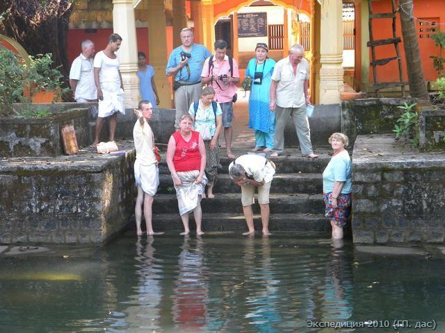 Здесь на берегу озера духовный центр, а чуть поодаль берег океана, где Мадхва купался во время солнечного затмения. (Делать такое омовение очень полезно.)