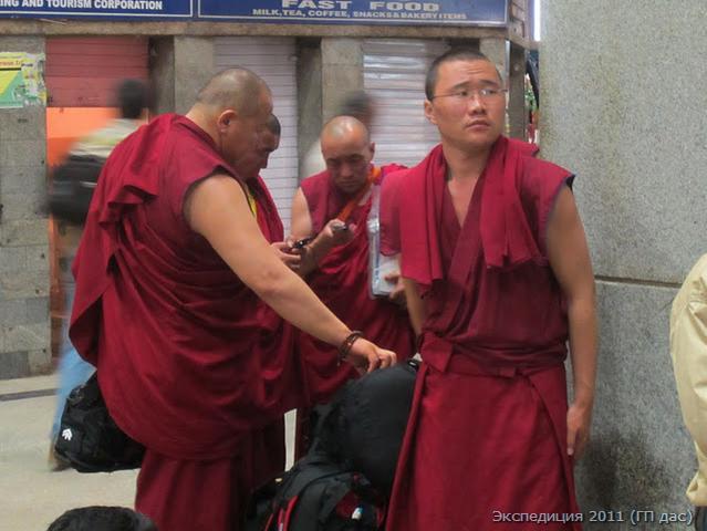 Монахи буддисты встретились на ЖД вокзале