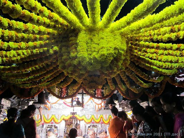 Потолок на входе в храм украшен роскошным цветочным балдахином