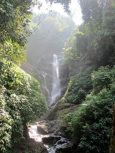 А вот и водопад в ущелье...