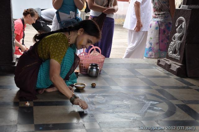 Эта женщина каждый день рисует образы Кришны рисовой мукой...