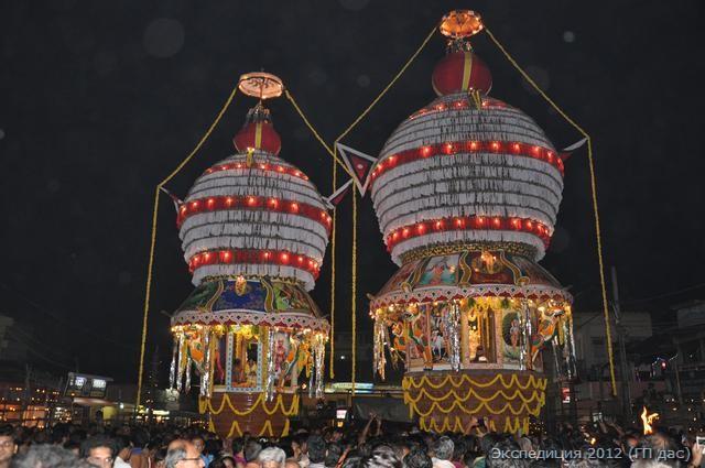 обе величественные колесницы на празднике
