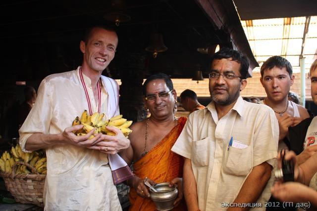 Главный жрец не замедлил щедро одарить нас охапкой бананов - милостью от Бога!