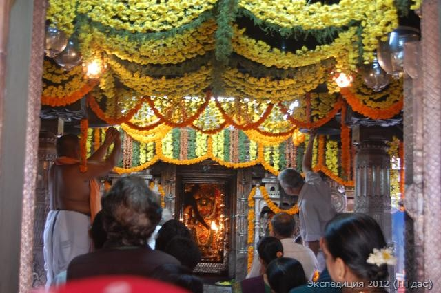 Проходит утренняя служба на священный день Двадаши!