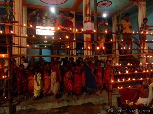 ученики духовной школы разжигают многоярусные лампады на площади